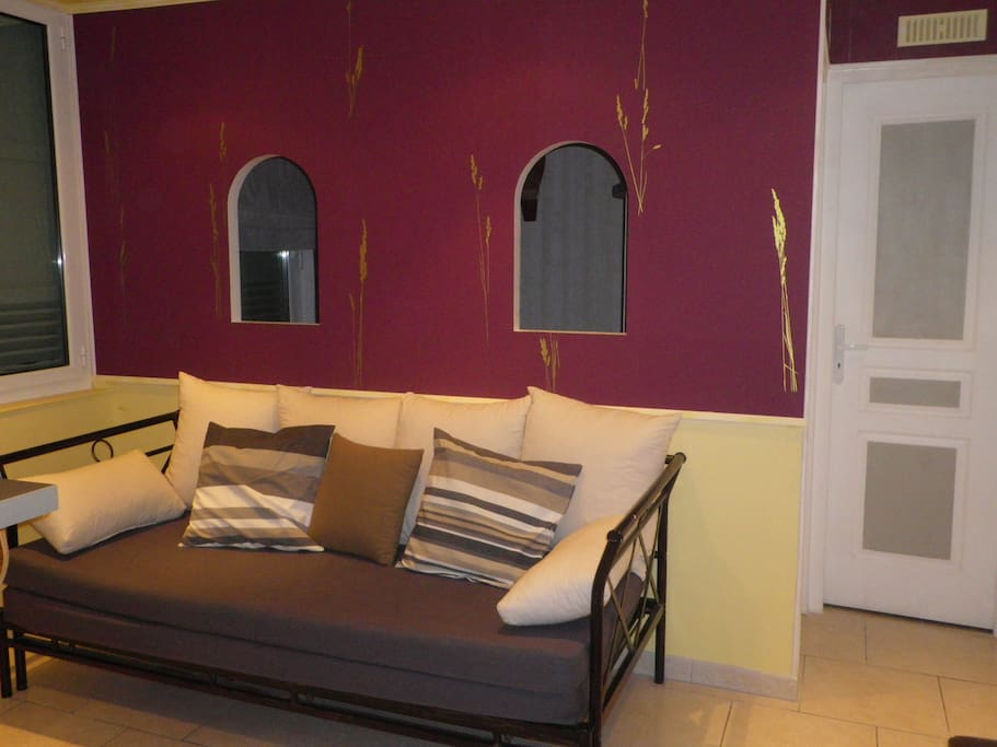 Un canapé dans lequel vous bénéficiez d'un vrai matelas pour une troisième personne pouvant y dormir.