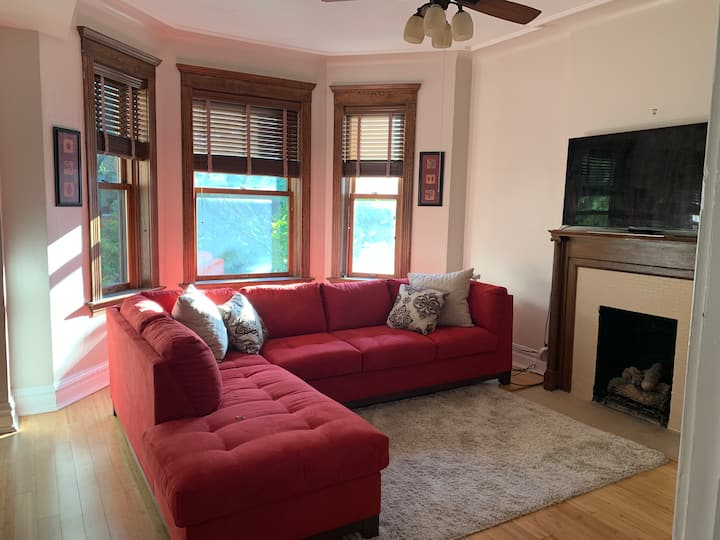 Amazing Large Unit in Lakeview East!