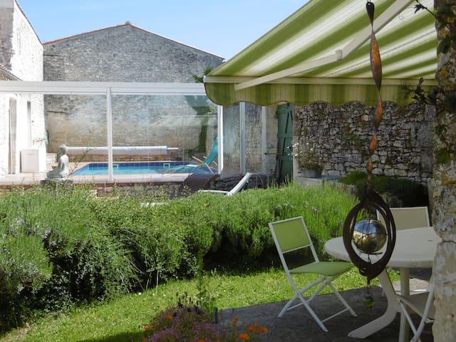 Terrasse coté cour intérieure / Piscine