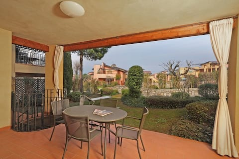 Apartment with portico sleeps 4 near the lake