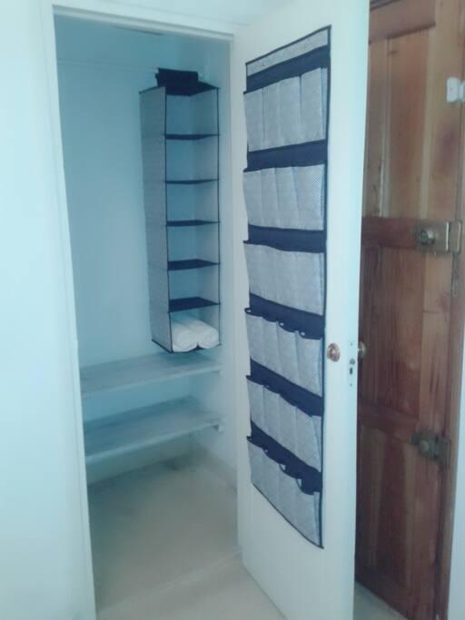 Closet o armario para uso de los huéspedes.