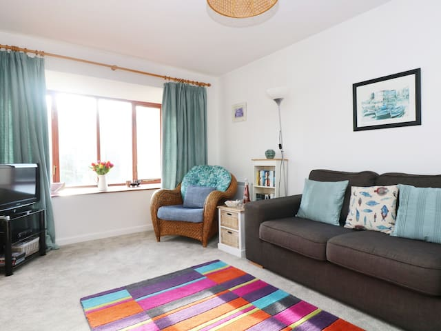 KERNOW COTTAGE, family friendly in Porthleven, Ref 925337