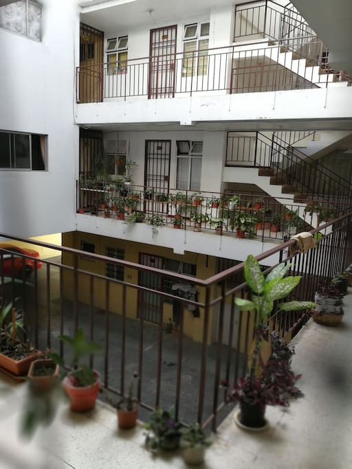 Su hogar en la  capital de Costa Rica, San José, Sabana sur. Entrada del departamento, en la parte inferior cochera para un auto o dos motos.