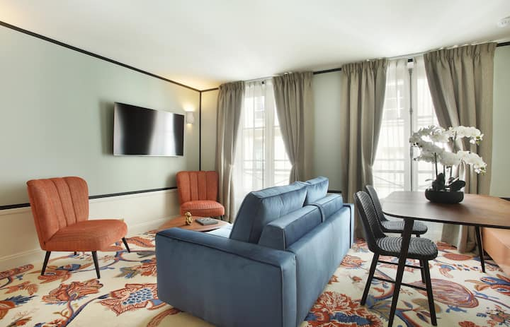 A Refined One-Bedroom with Services in Le Marais