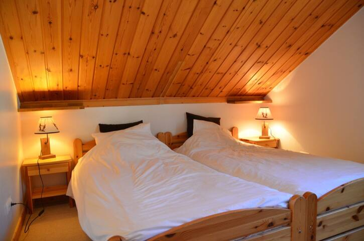 Bedroom 4: Twin beds with wardrobe and sink. / Chambre 4: lits jumeaux avec placard et lavabo. / Slaapkamer 4: twee bedden met kleerkast en wastafel.