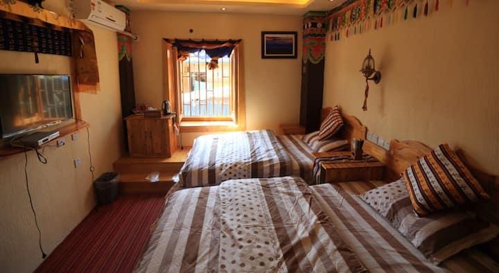 香格里拉康巴秘境藏家精品客栈(藏家标准双人房二楼) 最多住两人的一个房间价。总共4间,每间368元。