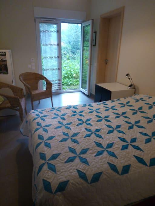 La chambre (avec cabinet de toilette) donne. Si vous préférez une chambre à 2 lits, c'est également possible.