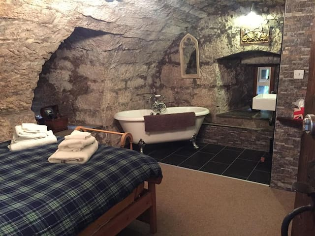 The Knights Bedchamber at Castle Levan B&B