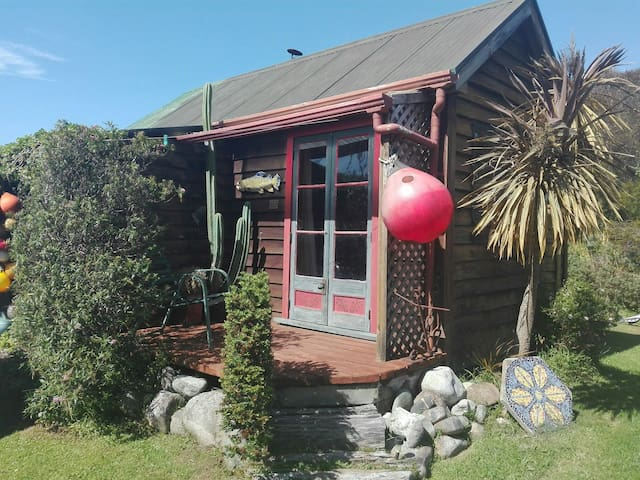 Funky cabin in centre of Golden Bay