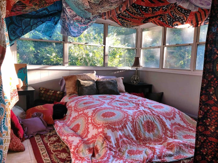 The Dawg House - Dawg Den & Hippie Heaven (2 BR)