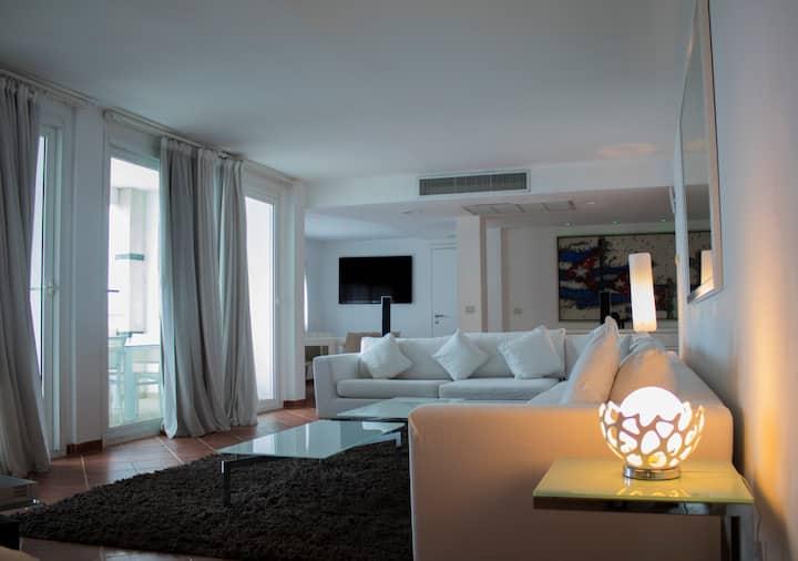 Luxury Apt in the center, Ocean Views + WiFi FREE!