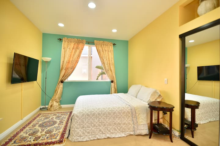 Cheerful Room in Persian-Style Home (FEMALE ONLY)