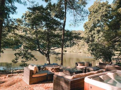 2-slaapkamercabine aan het meer met hot tub en vuurplaats