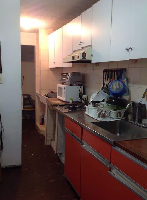 Cocina, con opciòn para utilizar la batería de cocina cuenta con refrigerador, estufa, licuadora y sanduchera.