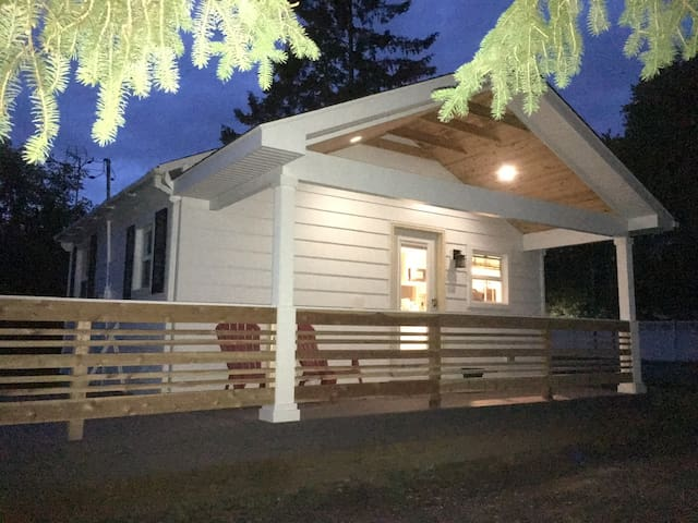 Bitty Brighton Bungalow - your cozy home downtown.