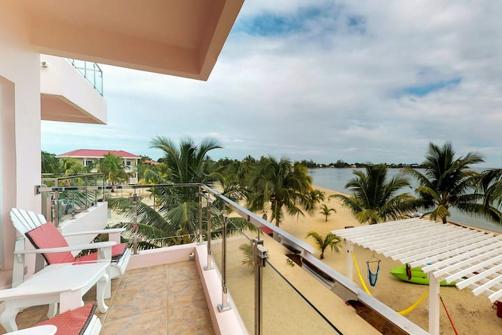 Bright ocean view suite w/ WiFi, partial AC & resort pool - steps to beaches!