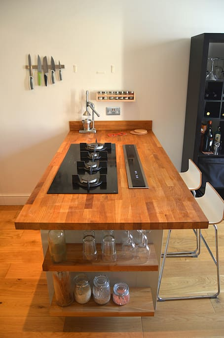 Breakfast bar and cooker