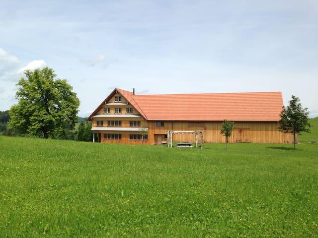 Schönes Zimmer mit traumhafter Aussicht - Oberhelfenschwil - Bed & Breakfast