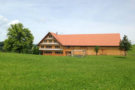 Schönes Zimmer mit traumhafter Aussicht - Oberhelfenschwil - 住宿加早餐