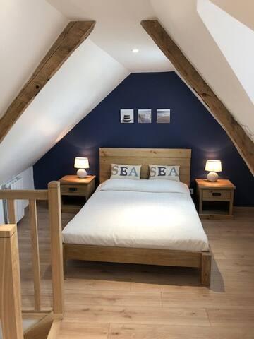 La chambre à coucher avec lit de 1.40 m en bois massif.