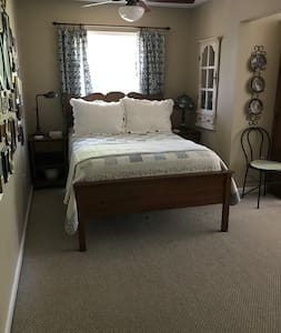 Victorian Room * 3 miles to beach * Sleeps 4