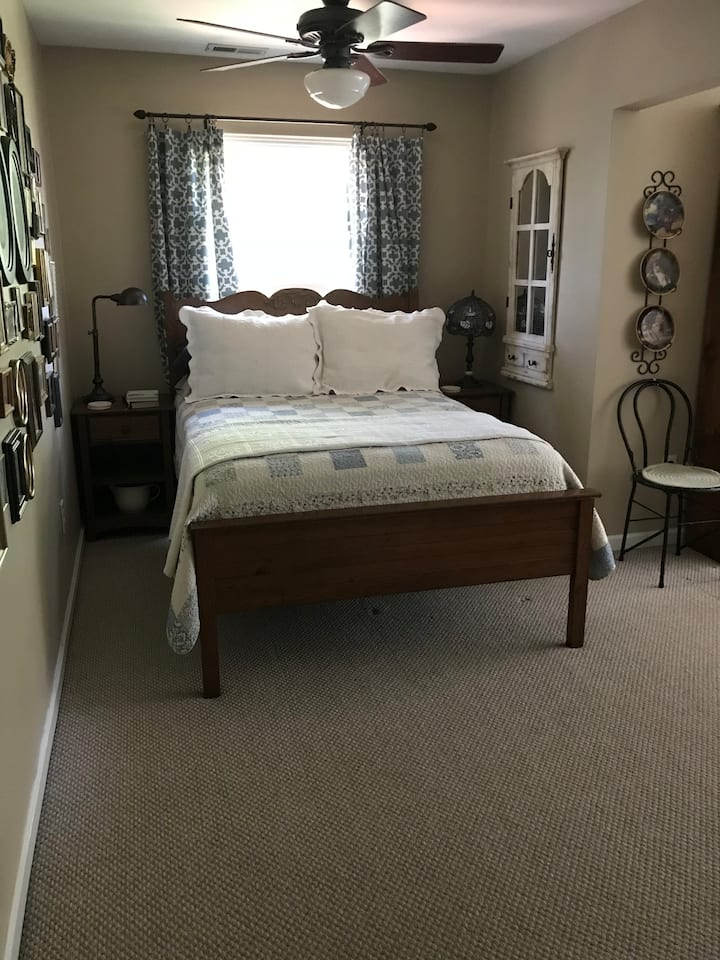 Victorian Room * 3 miles to beach * Queen & Full