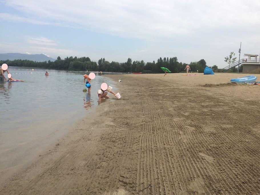 Base nautique à 30 min, baignade surveillée, plage de sable fin, poste de secours, grand parking, cabines pour se changer, WC, douche, snack, aire de jeux pour enfants.