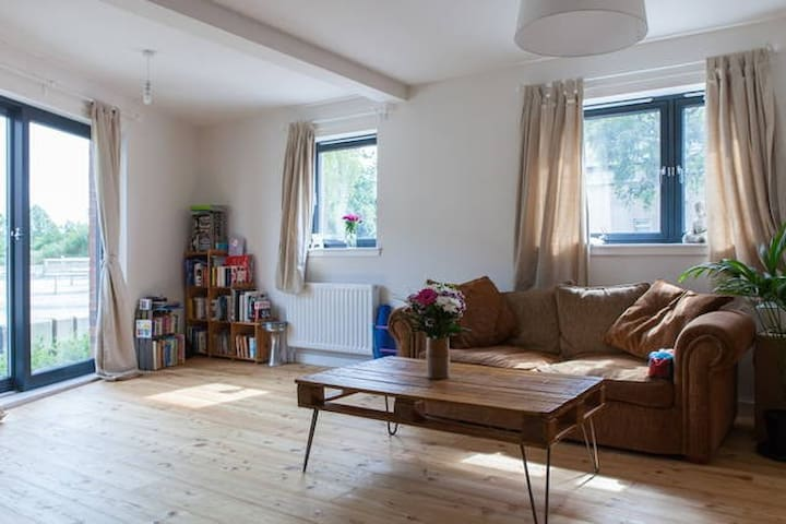 Spacious 3 Bedroom Apartment with an arty touch