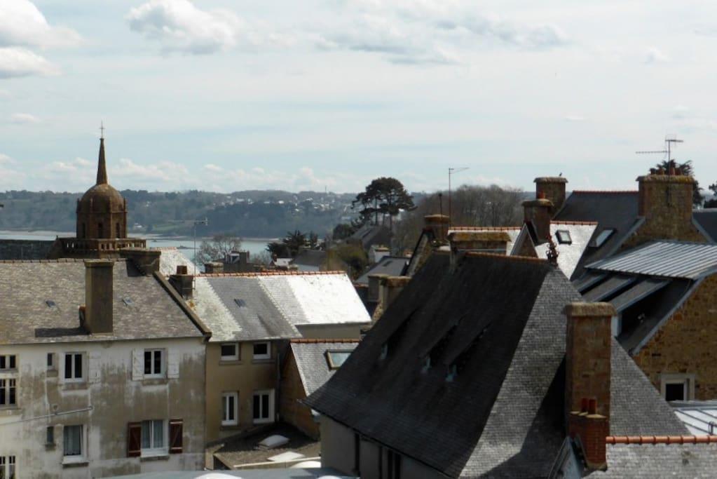 Expo sud, pas de vis-à-vis, toits en ardoise, petite vue sur mer