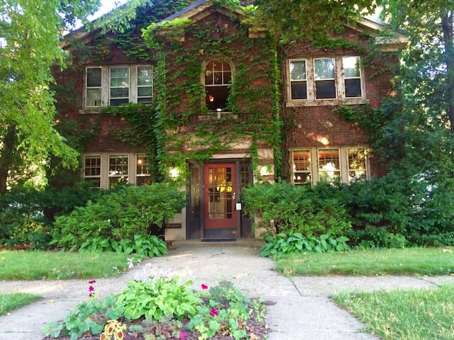 Upscale Urban Retreat 1BR Apartment Ground Floor - Rockford - Byt