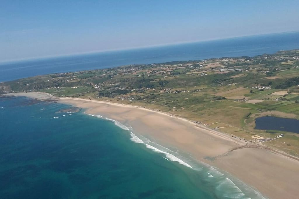 So sieht der Anflug auf Jersey aus der Luft aus. This is how the approach to Jersey looks like from the air.