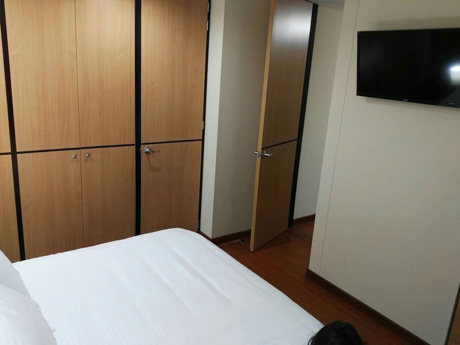 Alcoba Principal: cama doble, armario, televisor, baño privado completo y balcón. Master bedroom: Double bed, closet, private bathroom, balcony and TV.