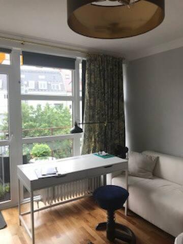 Charmantes, helles Zimmer mit Balkon sehr zentral