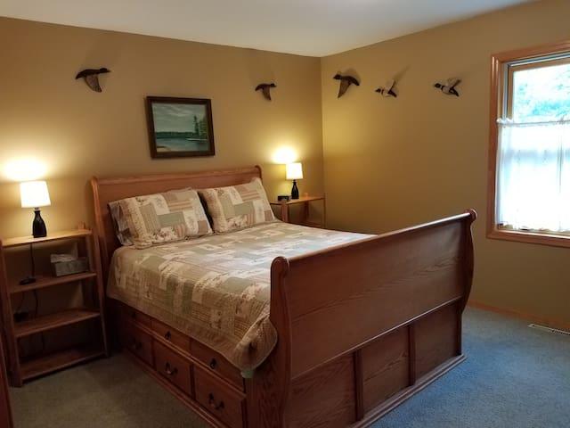 Bedroom 1-queen bed 1st flr.