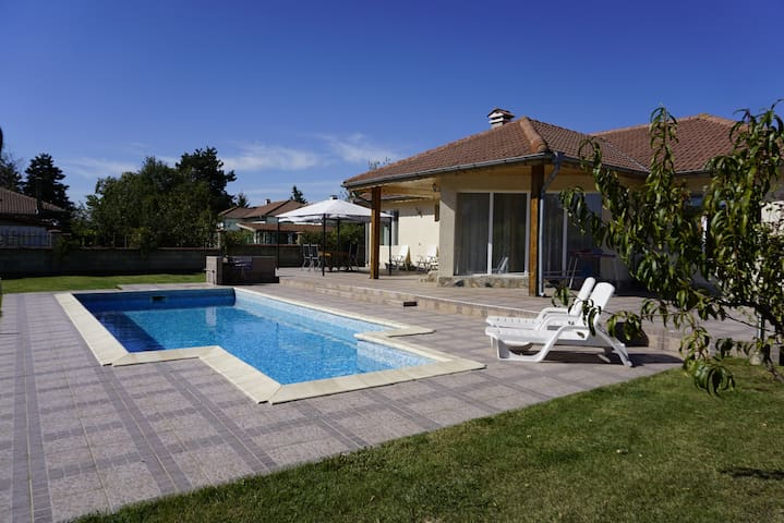 Villa with swimming pool  for vacation to Balchik