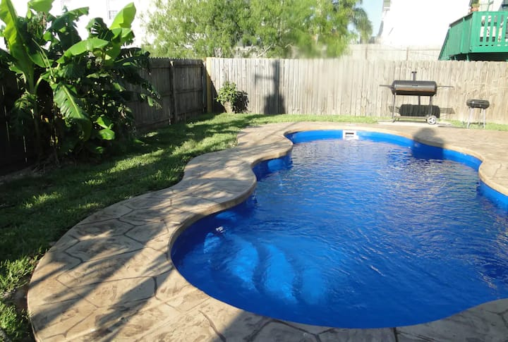 Relaxing apt w/shared pool and grills 102 E Atol C