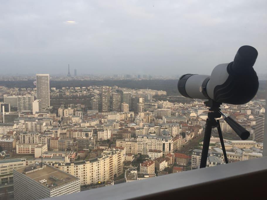 Une longue vue sera à votre disposition pour admirer la capitale vue d'en haut !