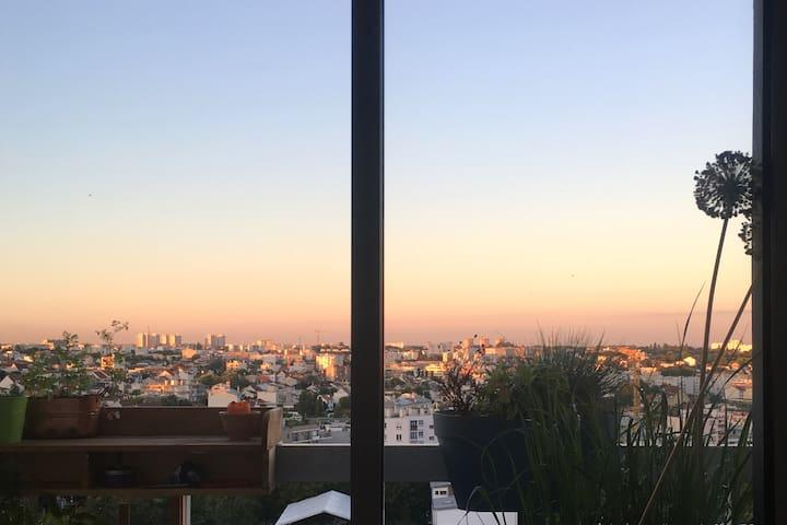 Petit studio et son balcon, grande vue