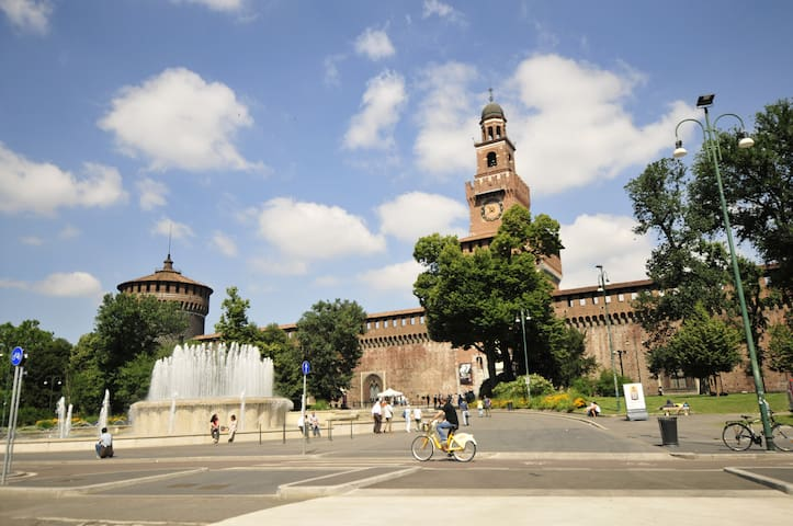 The Sforzesco Castle is a 15-minute walk through the park  / Il Castello Sforzesco è a 15 minuti a piedi, attraversato il parco