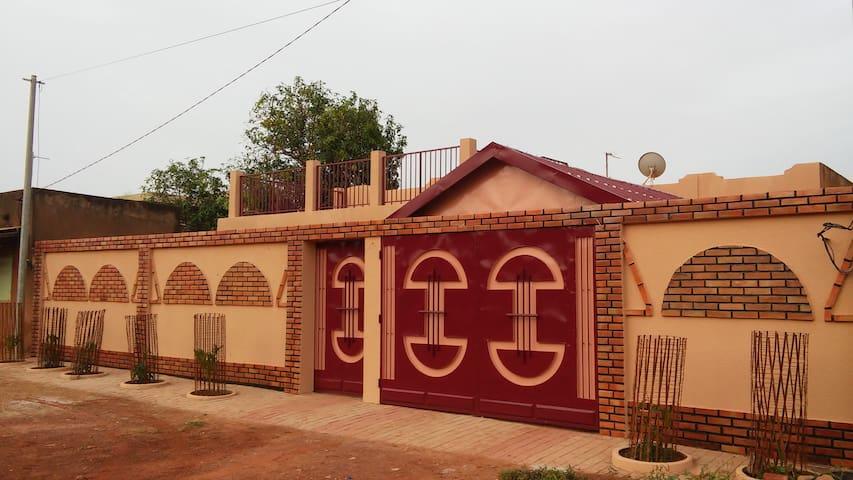 Maison située à 10 mn du Centre VILLE - Ouagadougou - Casa de camp