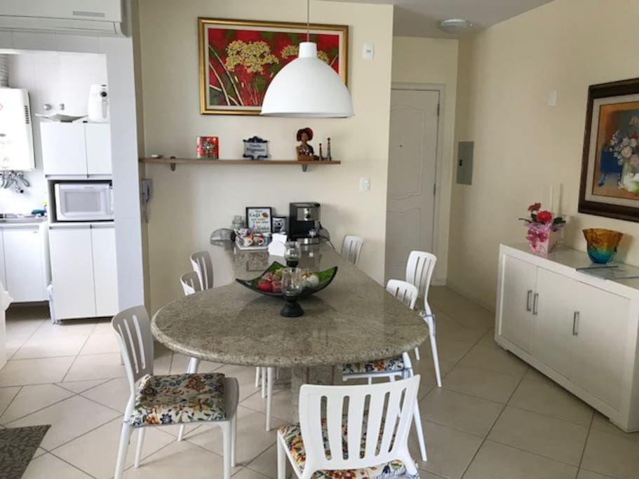 Sala de jantar com ampla mesa, integrada com a cozinha