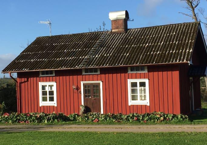 Mysig stuga med kamin på lantgård, nära Isaberg