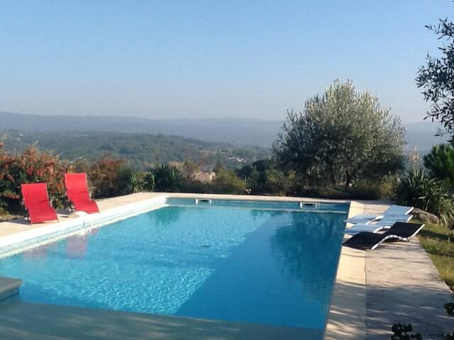 Vue magnifique de la piscine sur les monts de Vaucluse.