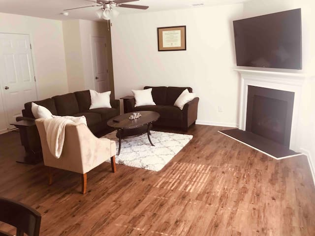 Cozy Pad w/ RokuTv near CLT airport, Uptown & more