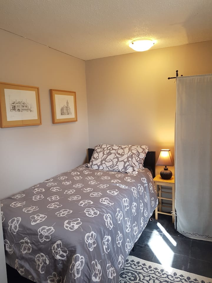 Room for Rent - cozy, single bed, lower floor