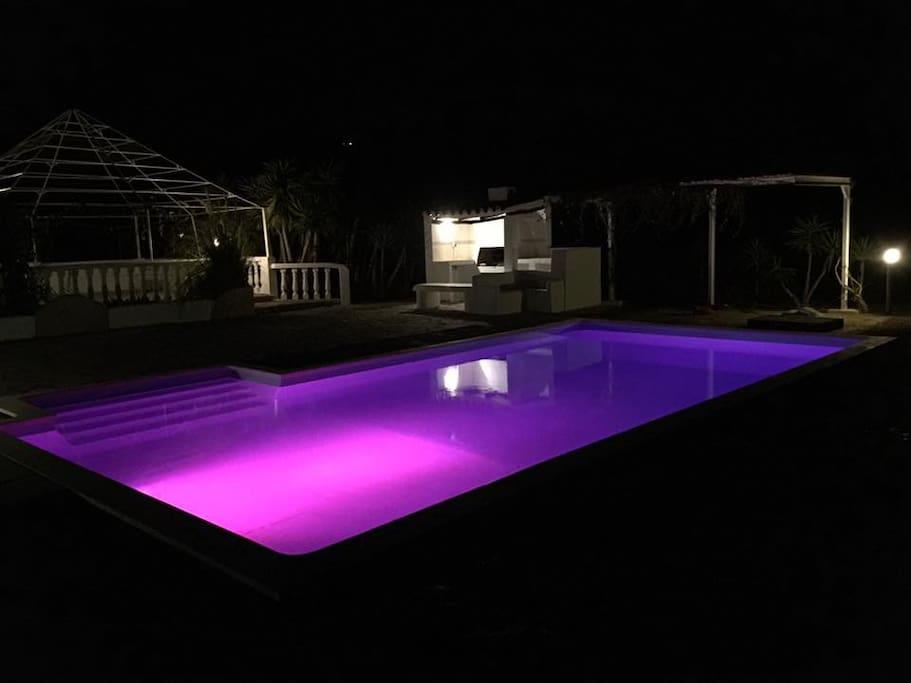 Piscina iluminada para baños nocturnos.