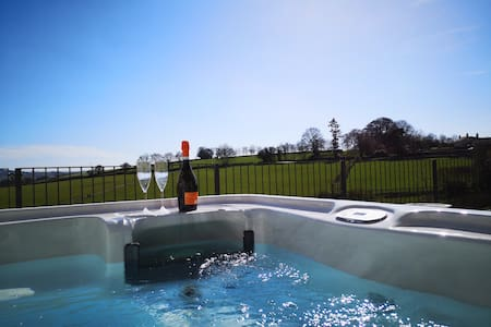 Nibbs farm cottages Oak View With covered hot tub