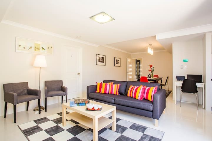 Istana Bentley No.5 - 6 Bedrooms with Ensuites - Bentley - House