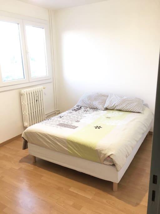 Chambre 2 avec armoire