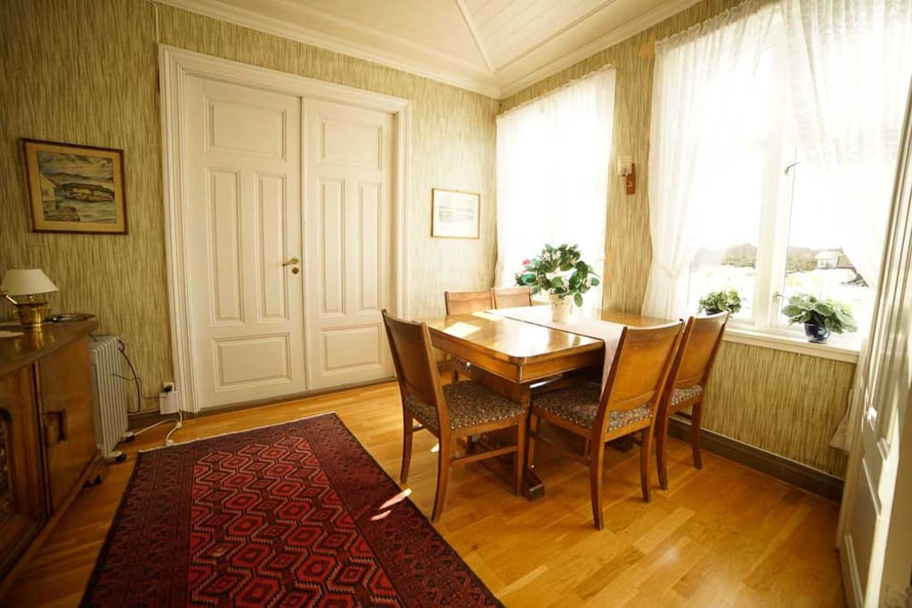 Middle living room (dining room)